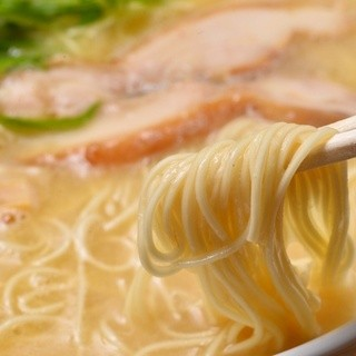 スープとしっかり絡む細麺