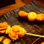 魚串さくらさく - ホタテの生ウニのせ串(280円)、海老マヨ(150円)
