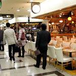 居酒屋 1969 - 大阪駅前ビルの地下に、突如現れた異空間。右の店も、右奥の店も、左側の店も、全部1969。