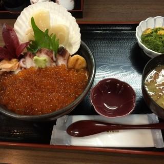 松原食堂 - 南三陸さんさん商店街の松原食堂で昼食。 キラキラいくら丼を食した。