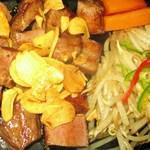 鉄板焼 屯 - 牛たんステーキです。たん元の美味しい部分だけを焼いてサイコロにカットしてお出しします。とてもお手ごろ価格です。