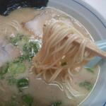 つるやラーメン - 麺は中細麺ストレートでオーソドックス。