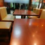 喫茶トロアメゾン - 奥の2テーブルが禁煙席だった。