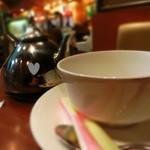 喫茶トロアメゾン - ティーポットにはカップ2杯分の紅茶が入っている。