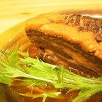 沖縄スコップ食堂 - 料理写真:たっぷりの鰹だしと泡盛、醤油などでコトコトと煮込んだトロッ、トロンのやわらか角煮は当店一の人気メニュー
