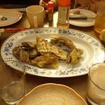 谷川水産 - 焼き牡蠣、蒸し牡蠣をどんどん持ってきてくれます