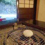 33089704 - 炭火でお餅を焼きます