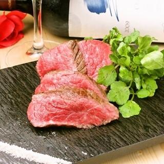 心やすらぐモダンな空間で、絶品の肉料理に舌鼓