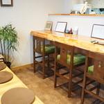 桃李庵 - 食べ終わった後のカウンターと、待ち客用の椅子
