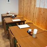 桃李庵 - この壁に沿っては、基本2人掛けテーブルが5卓並びます