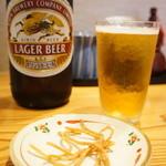 桃李庵 - 瓶ビール、揚げそばがおつまみに