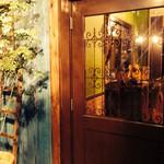 トラットリア ネル - 青い木材で彩られたオサレな外観です