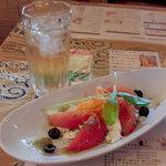 3311146 - 前菜(モッツァレラチーズとフレッシュトマト)とジンバック