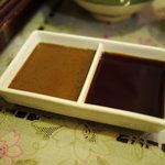 牛かつ おか田 - 左:オリジナルソース  右:醤油