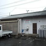 ラーメン麒麟 - 駐車場はお店の裏に5台分。