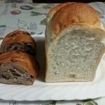 33116739 - 右 ジャーマンブレッド(1/2本、1斤)¥310                       左 くるみぶどうパン¥320