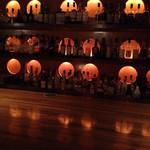 ラグナ ザ バー - 壁に並ぶお酒の数々
