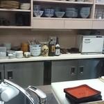 33119327 - カウンター席から厨房を望む