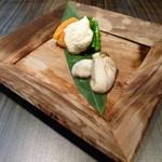 松もと - 酢洗いした牡蠣と自家製の干し柿の白和え。