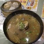 広東料理 吉兆 - あさりそばセット(もち米焼売ともち米肉団子つき)。