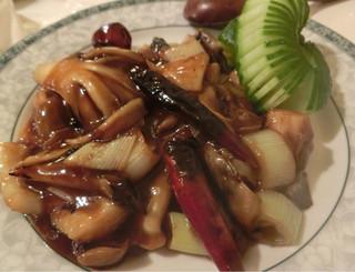 ゆるり 中華食堂 癒食同源 - アオリイカとカシュナッツの香り唐辛子炒め 820円。