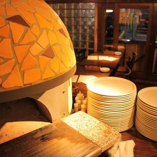 ピッツァを焼く特注の石窯です