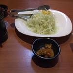 清香園 - サラダはとりわけで二人分です、香物