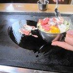 お好み焼き しのぶ - ミックス焼き(豚・イカ・肉・えび)780円
