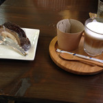 アグリ・カフェ - 料理写真:チョコレートケーキとホットカフェラテ