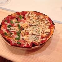 名物チキンとピザの店 ロケットキッチン - 11インチ(約30センチ)の薄焼きピザでも1000円しません! テイクアウトもできます!
