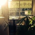 名物チキンとピザの店 ロケットキッチン - 駅の目の前、二階の角なので日差しが入り、開放感がありますよ。