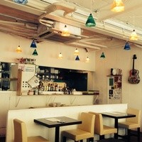 名物チキンとピザの店 ロケットキッチン - 白を基調にした店内、店内照明は自作ですが、人気あり。広々50席!