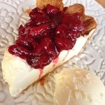 33142636 - 仏産グリオットのサワーチェリーパイ クリームチーズアイス添え