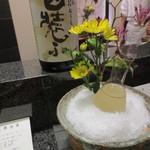 天雅 - 冷酒はこの様に花が添えられて。