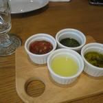 貝殻荘 - ソースは、4種類お好みで。              バジルソース・ワサビレモン・オリーブオイル・セビーチェソース。
