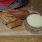 貝殻荘 - バケットは、メゾンカイザー。              バターは、「世界最高のバター」と言われている、A.O.Pエシレバター。