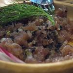貝殻荘 - ブラックオリーブ・ケーパー・アーリーレッド(赤玉ネギ)・ジンジャーソースを、              鮪のほほ肉とよ~く混ぜ混ぜして。