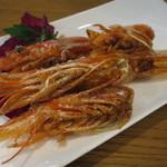 貝殻荘 - シーフードプレートの赤海老の頭は、              チューチューしないで、食後に高温の油で揚げていただいて。