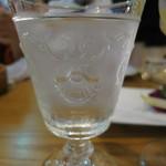貝殻荘 - お冷のグラスに貝殻模様。