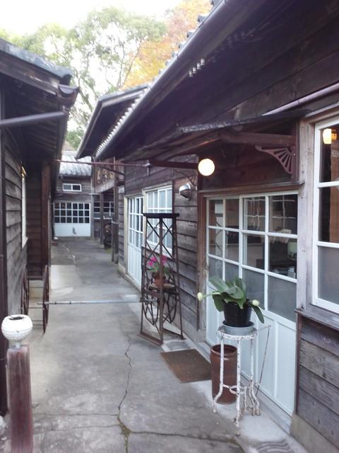 工場跡事務室 - 門を入ってからのカフェ入口