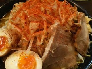 野菜が美味しい鶏豚ラーメン まる重 - カレーラーメンに更にハバネロ唐辛子をかけて食す