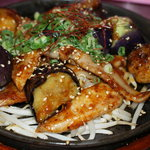 ちんちくりん - 茄子と豚トロを特製味噌で炒めた、お酒に合う鉄板焼♪