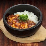 """金の蔵Jr. - 本格四川風""""石焼""""麻婆焼きめし"""