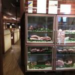 犇屋 - お肉のケース。