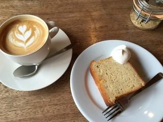 エルマーズグリーン コーヒー アンド ベイクス - カフェラテとバナナケーキ