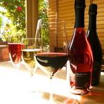 月の市場 - ソムリエ厳選のワインはコストパフォーマンスも抜群。カジュアル〜オーガニック、接待用まで取り揃えました。グラス¥700〜 ボトル¥3,000〜10,000