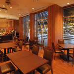 カフェ・ド・パリ - テーブル席・40席以上ございます!