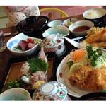 でん助茶屋 - 手前がアジフライとアジタタキ定食。                             奥はでんすけ定食。