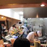 葉隠うどん - 厨房は、ひとりのうどん職人と女性スタッフの連携プレイによって成り立ってます。大忙し!