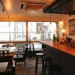 コンテナ カフェ&バー - 柔らかな日が差し込む店内